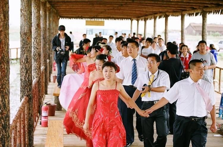 Китайская свадьба. в китае свадьба – это «красный» праздник, потому что центральным цветом китайской свадьбы является именно красный цвет. красного цвета. - презентация
