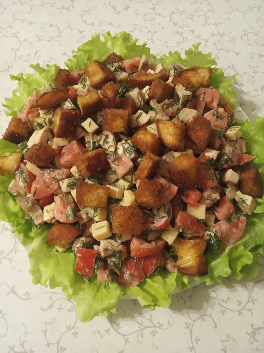 «баварский» салат с курицей, колбасой, сухариками и картофелем