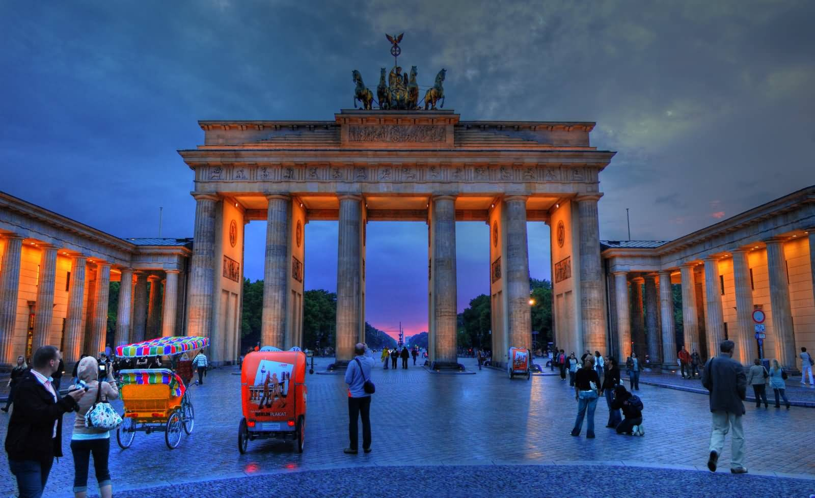 Бранденбургские ворота в берлине: история ворот, архитектура  и значение в истории германии