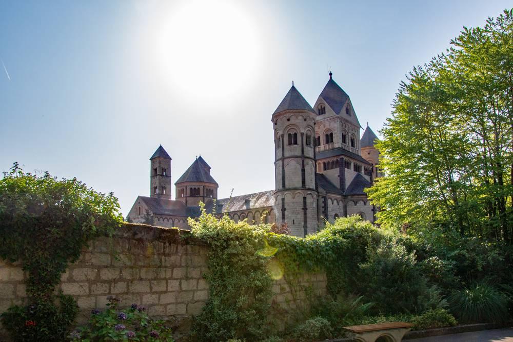 Лаахское аббатство святой марии: экскурсии, богослужения и церковное искусство