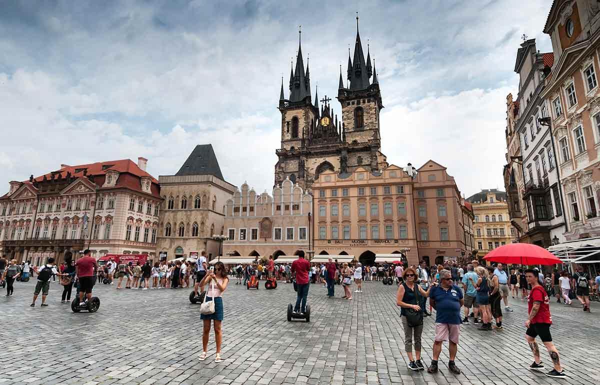 Средняя зарплата в чехии в 2020 году. сравнение по отраслям и регионам