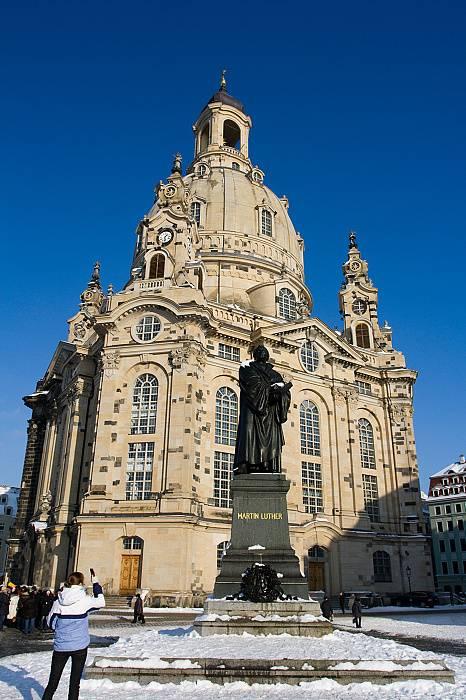 Церковь фрауэнкирхе (нем. frauenkirche) в дрездене. фото