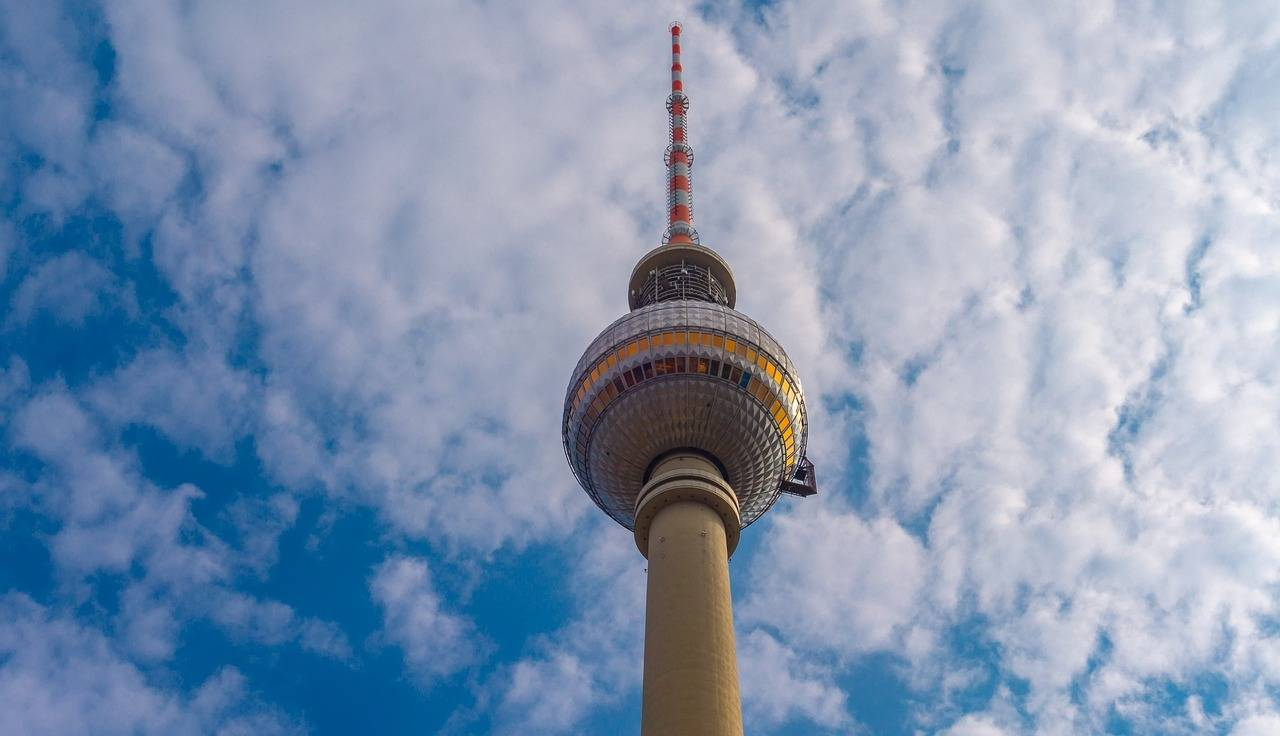 Берлинские часы мира – символ мира, свободы и единения. фото
