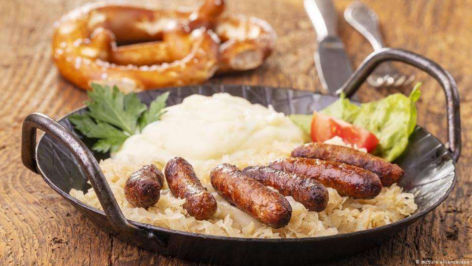 Как приготовить баварские колбаски и с чем их подать на стол
