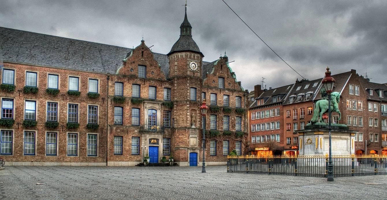 Дюссельдорфская ратуша (нем. rathaus düsseldorf). фото