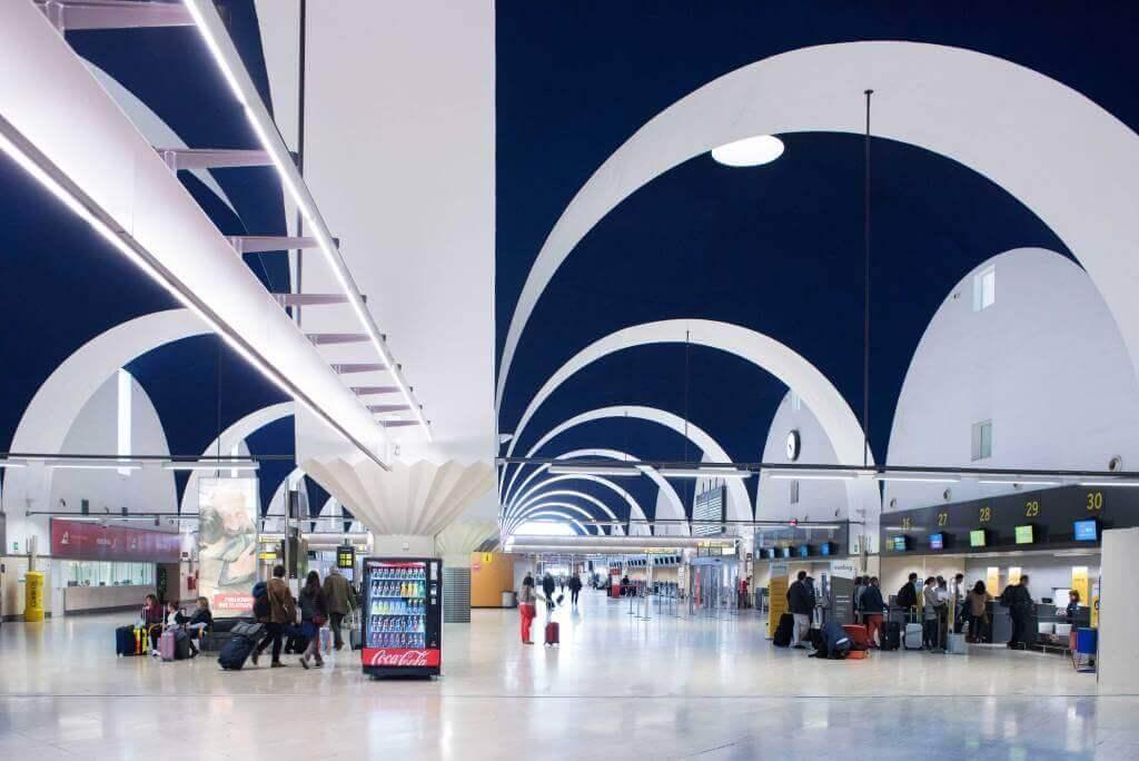 В центр севильи из аэропорта: дешево и удобно | on trips
