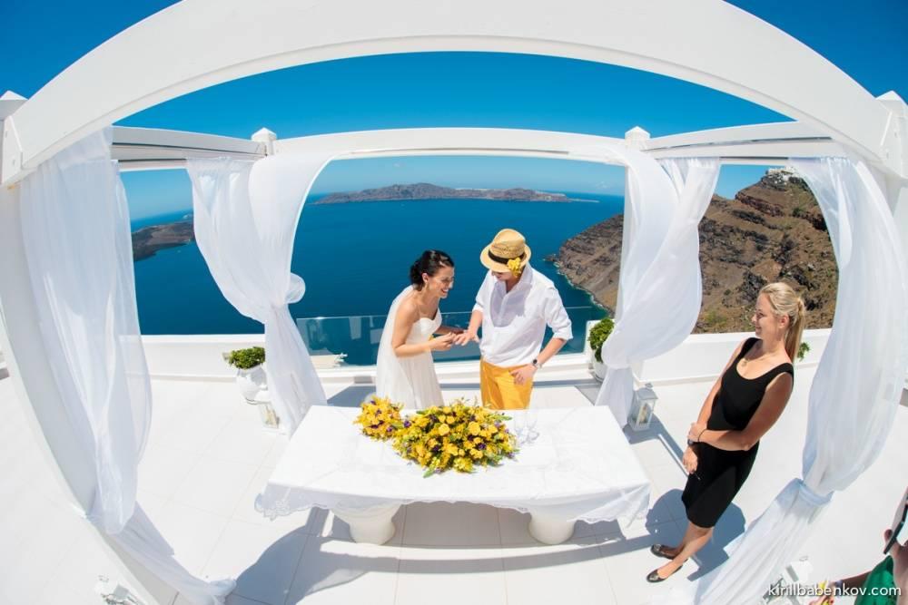 На Санторини начали готовить пляжи до начала туристического сезона