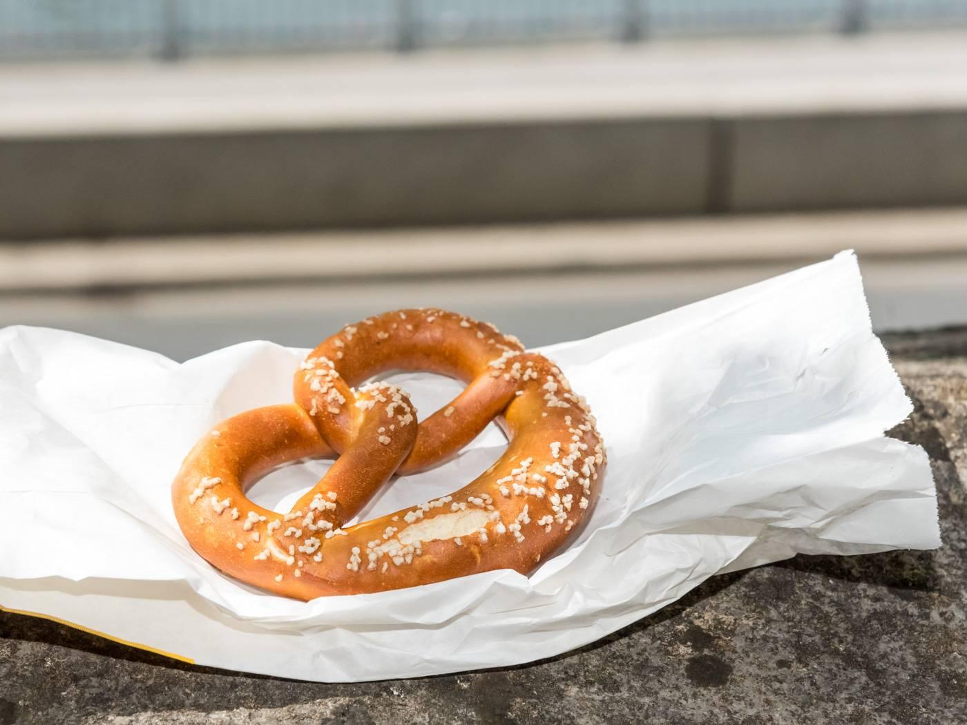 Брецель: с чем едят его немцы, появление, виды и как приготовить