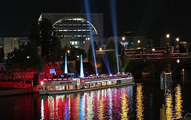 Для каждого здания своя картина: как проходит фестиваль света в берлине