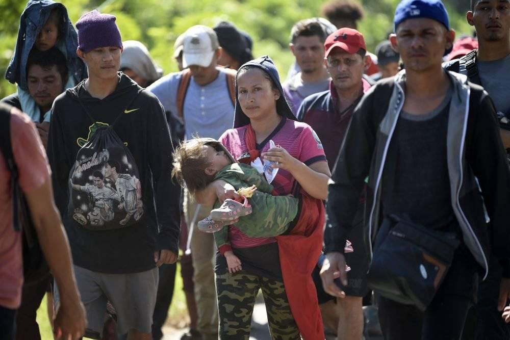 Пересечение мексиканской границы. политическое убежище asylum в сша на мексиканской границе — белая шляпа