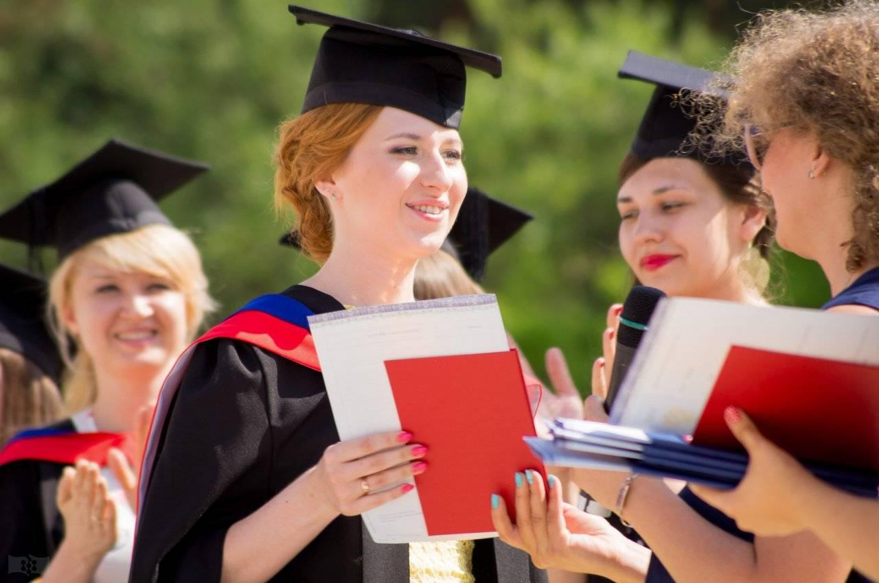 8400 выпускников, 98% успешность; курсы чешского, учеба в праге
