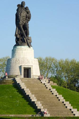 Трептов-парк (нем. treptower park) в берлине. фото