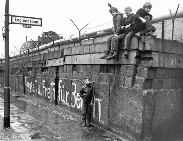 Берлинская стена – самый одиозный и зловещий символ «холодной войны». фото
