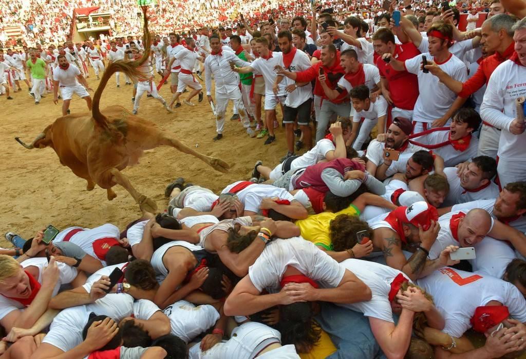 Фототелеграф » фестиваль сан-фермин в испании: музыка, танцы и коррида