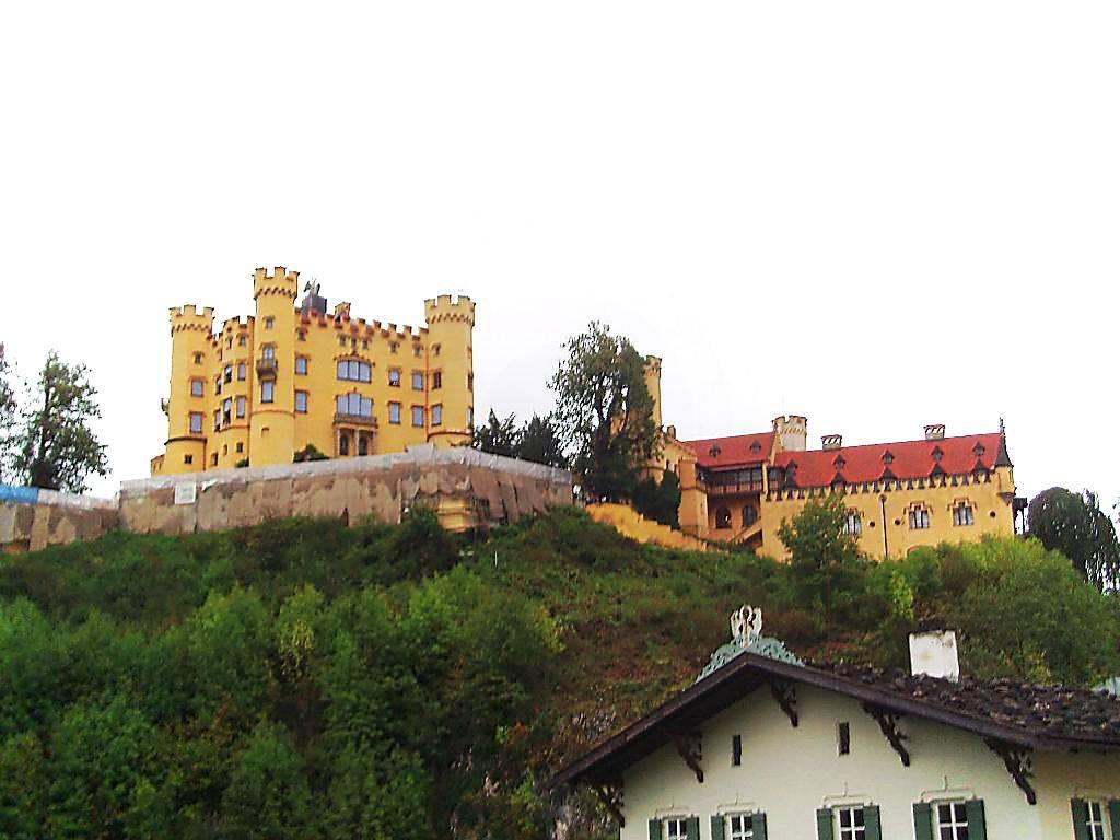 Хоэншвангау – замок на альпийских склонах баварии с многовековой историей