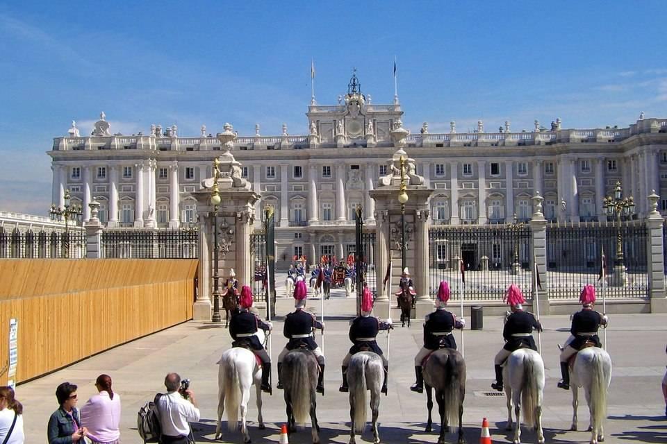 Королевский дворец в мадриде — роскошь, окруженная оазисом