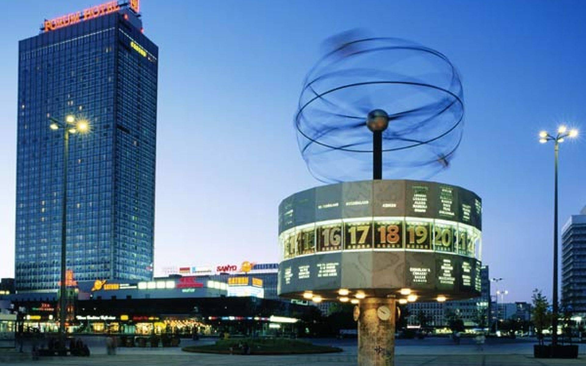 Александерплац в берлине: место, где соприкасаются история и современность. фото