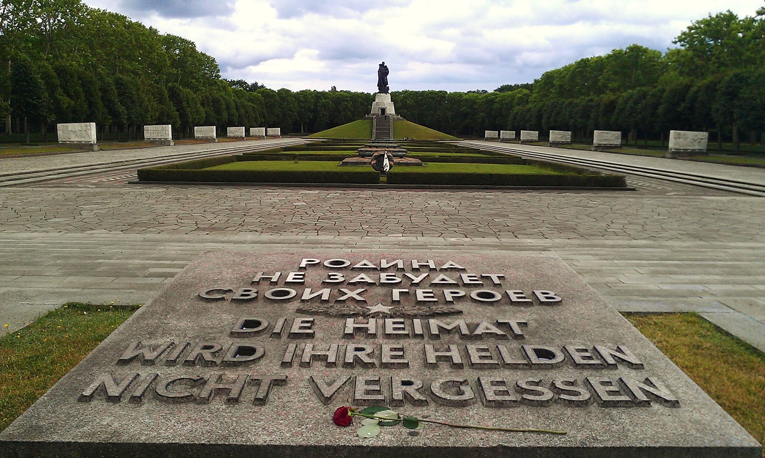 Советский военный мемориал и памятник воину-освободителю в трептов-парке в берлине. фото