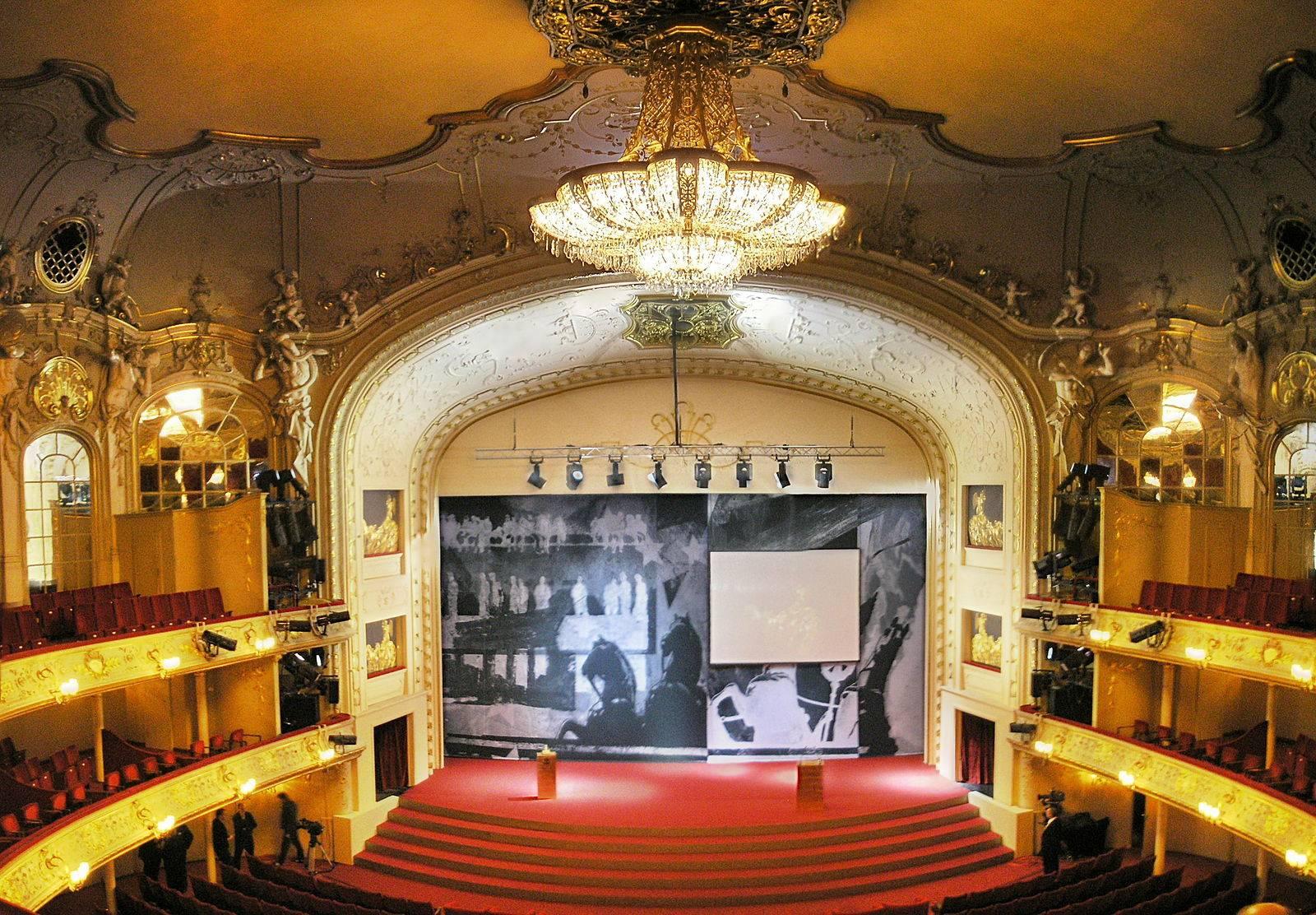 Опера макбет в берлинской государственной опере - бинокль