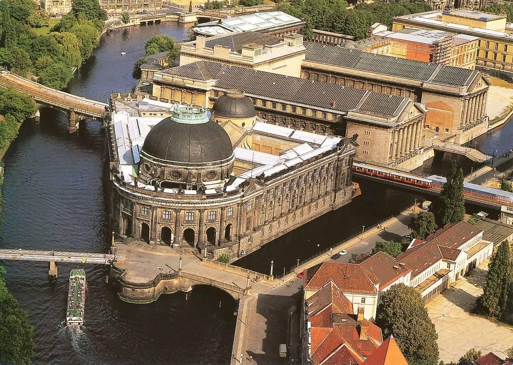 Старый музей (нем. altes museum) в берлине. фото