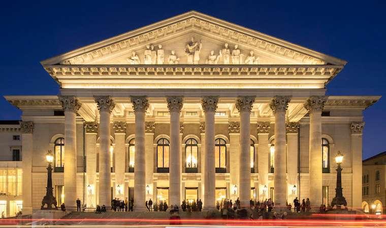 Йонас кауфман в опере рихарда вагнера «парсифаль» на мюнхенском оперном фестивале, баварская государственная опера, июнь-июль 2018 - бинокль