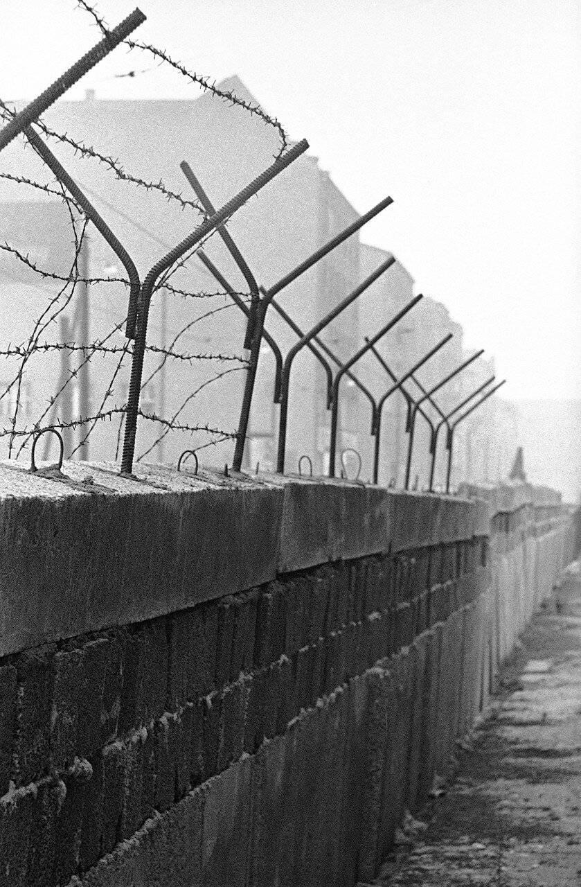 Берлинская стена: история создания и падения