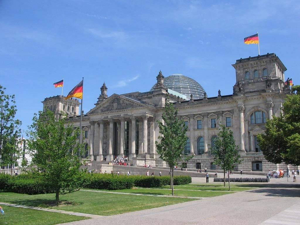 Рейхстаг в берлине – самое знаменитое историческое здание германии. фото