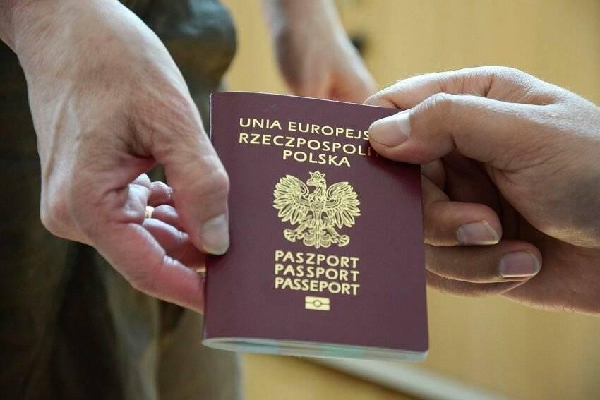 Узнали, кто из белорусов уезжает в польшу и что их там ждет