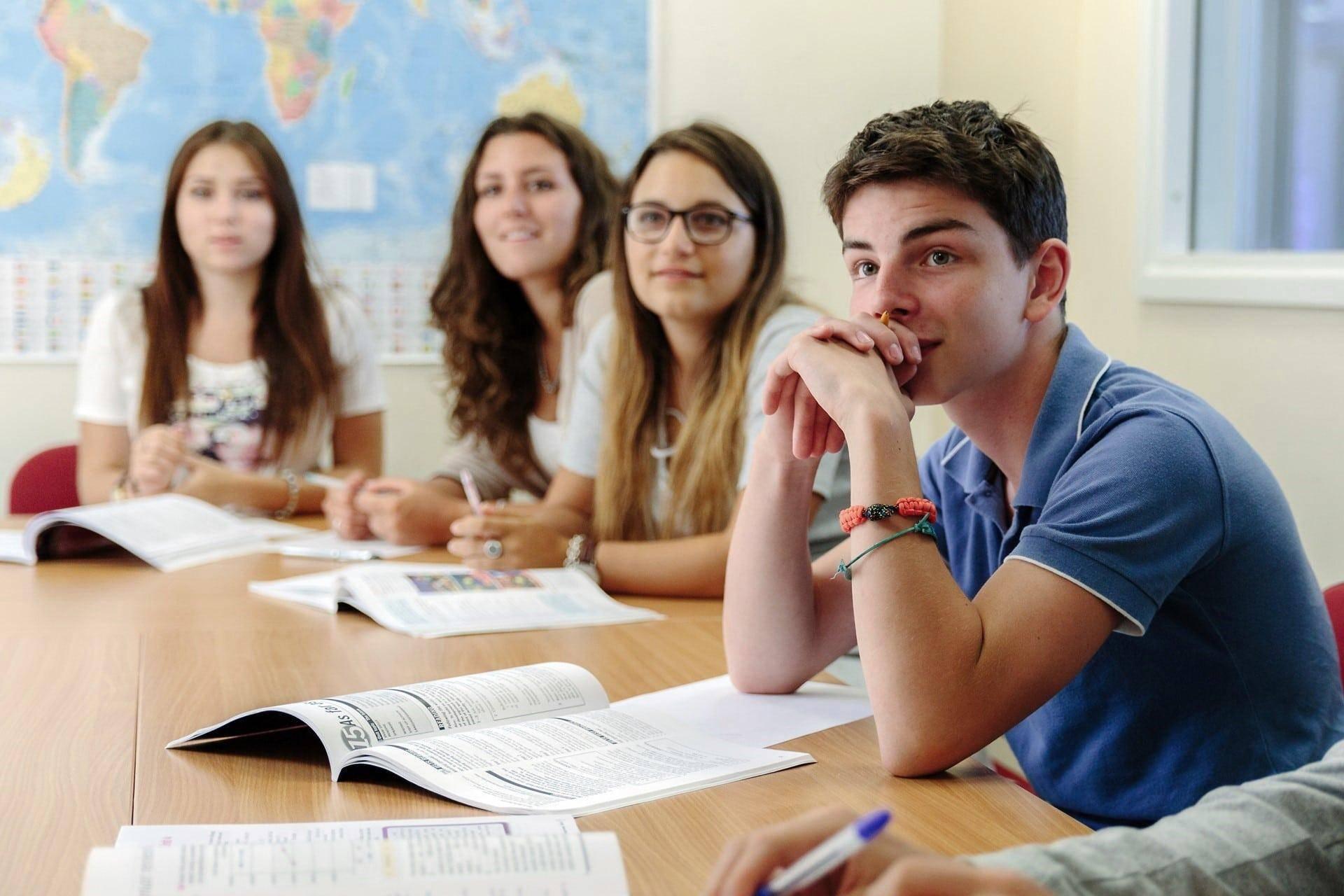Языковые курсы в чехии: обзор школ и стоимость курсов чешского языка