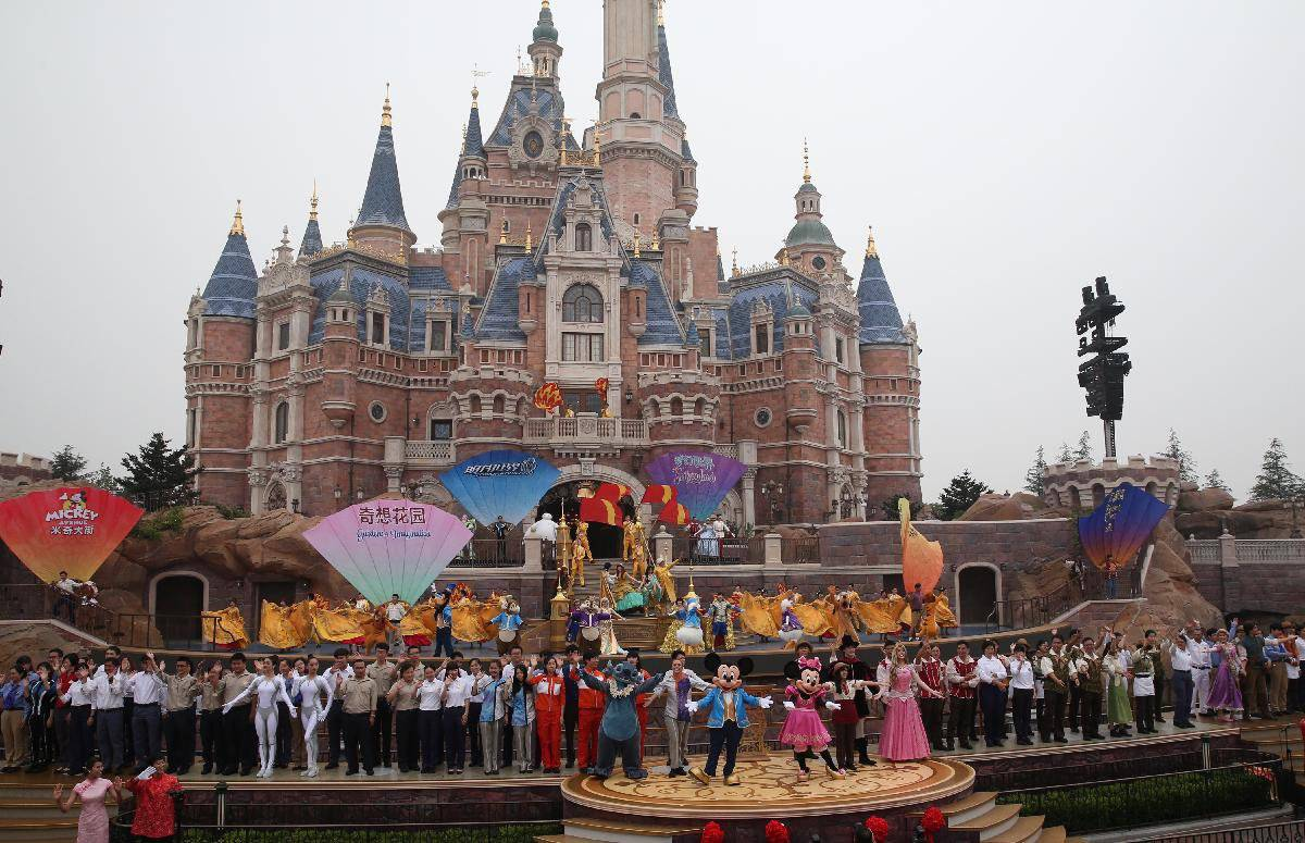 Диснейленд в китае в городе шанхай